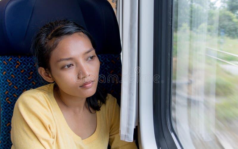 De Aziatische zitting van de vrouwenreiziger door trein royalty-vrije stock foto's
