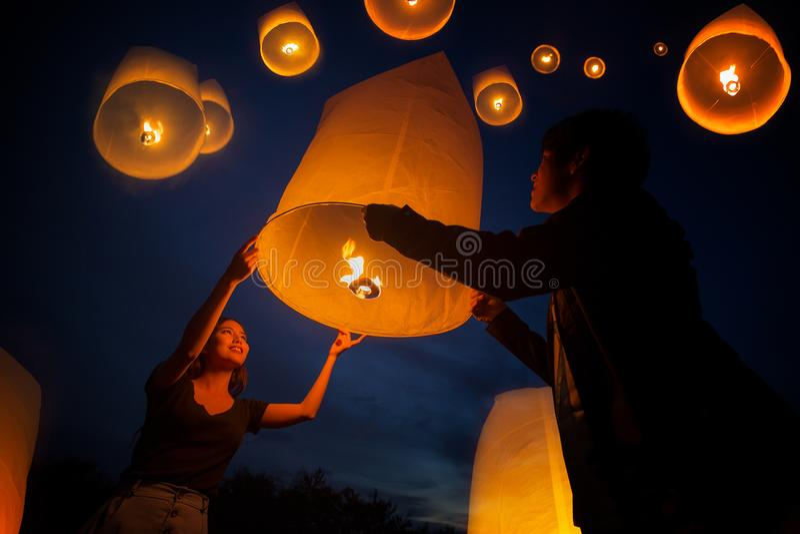 De Aziatische zoete liefde geniet yeepeng van festival in Chiang-MAI royalty-vrije stock afbeeldingen