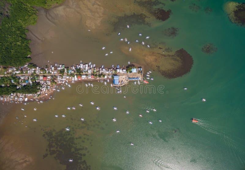 De Baai en Sta van Honda Lourdes Wharf in Puerto Princesa, Palawan, Filippijnen Mooi Landschap met het Overzees en de Boten van E stock foto's