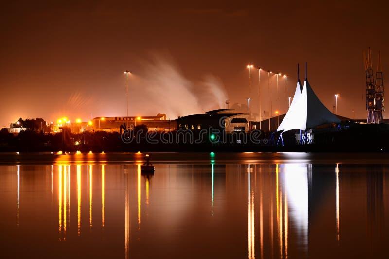 De Baai van Cardiff bij nacht royalty-vrije stock afbeelding