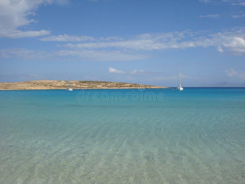 De baai van Cycladen in de zonneschijn stock afbeelding