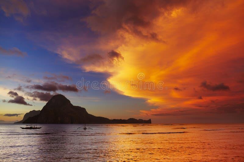 De baai van Gr Nido, zonsondergang, Filippijnen stock foto