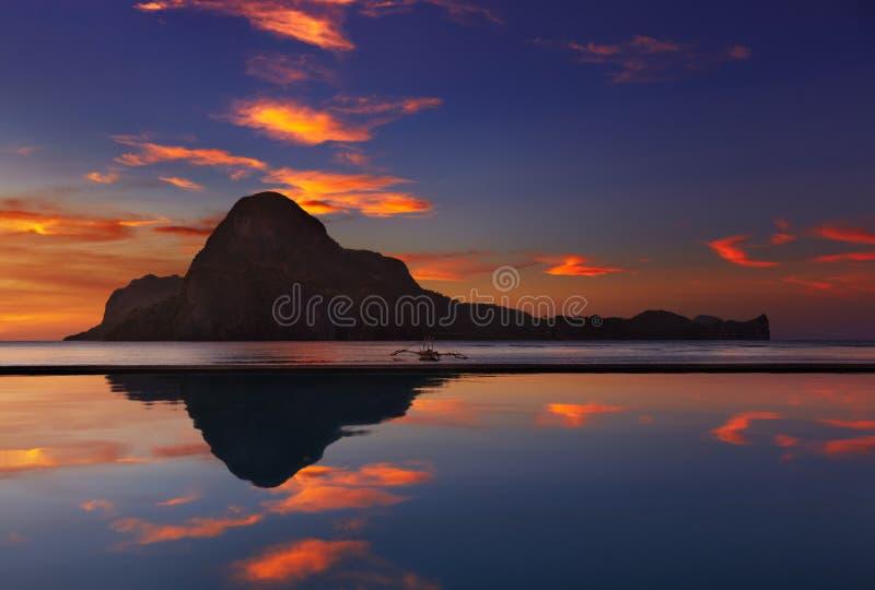 De baai van Gr Nido, zonsondergang, Filippijnen stock afbeelding