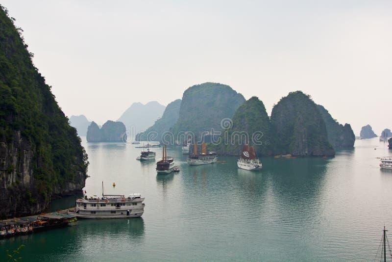 Download De Baai Van Halong In De Ochtend, Vietnam Redactionele Stock Foto - Afbeelding bestaande uit azië, vietnam: 29514213
