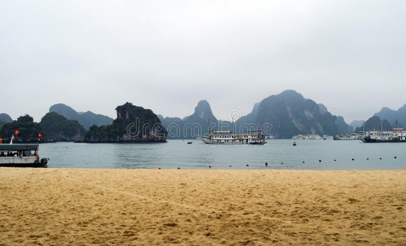De baai van Halong in Vietnam De Plaats van de Erfenis van de Wereld van Unesco Populairste mening voor reis in Halong-baai stock foto's