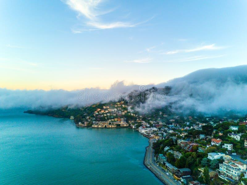 De baai van San Francisco onder zware mist stock afbeelding