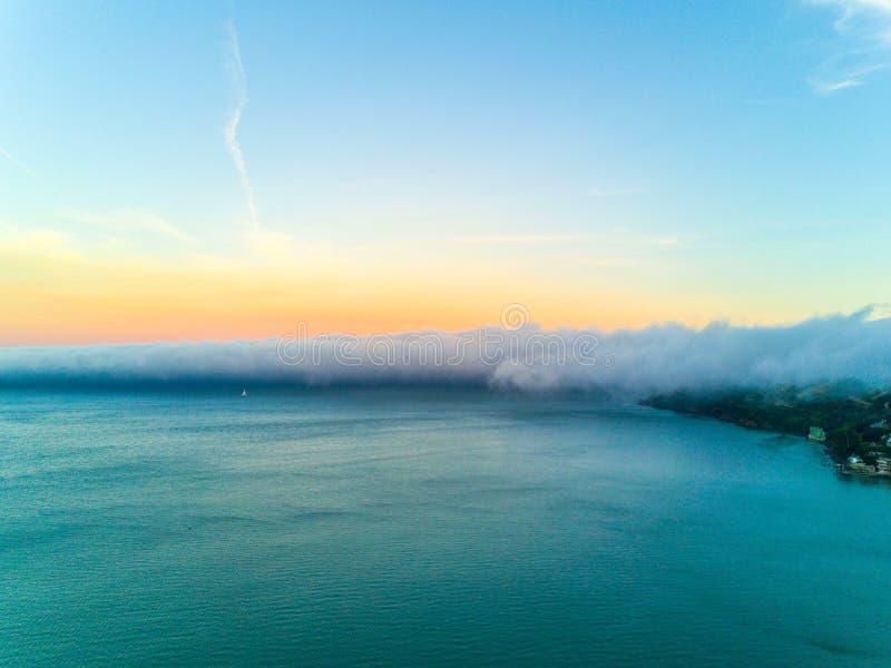De baai van San Francisco onder zware mist royalty-vrije stock afbeelding