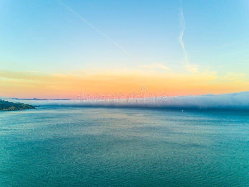 De baai van San Francisco onder zware mist stock fotografie