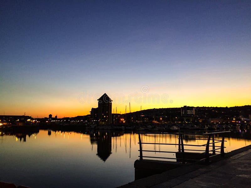 De baai van Swansea bij nacht stock fotografie