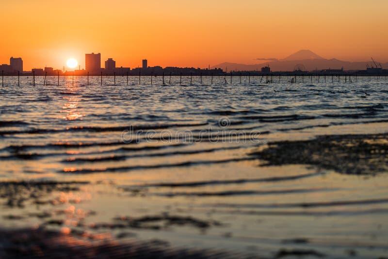 De baai van Tokyo bij Funabashi-gebied en MT fuji stock fotografie