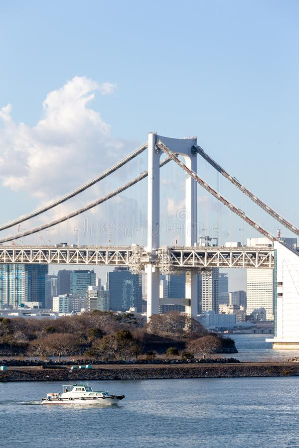 De Baai van Tokyo met Regenboogbrug in Odaiba-stadshorizon royalty-vrije stock fotografie