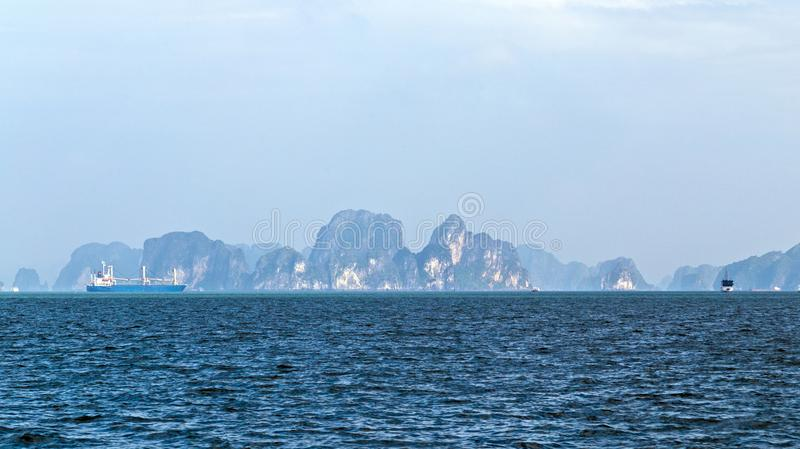 De baaieilanden van panoramahalong Het van Zuid- rotseilanden Overzees Vietnam van China Plaats Azi? royalty-vrije stock afbeeldingen