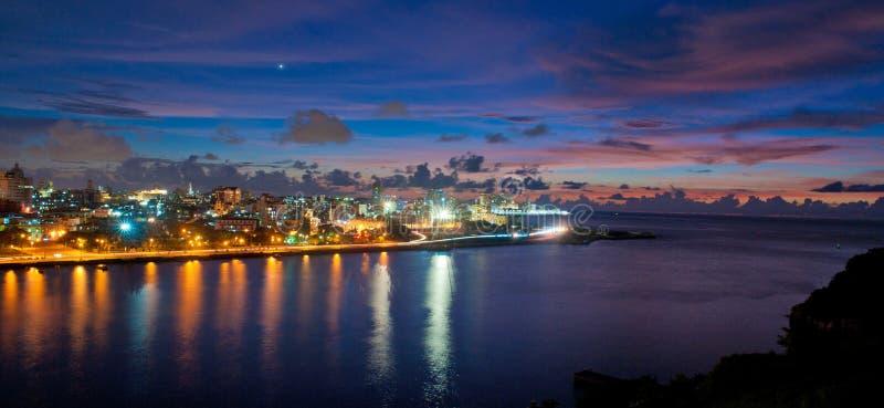 De baaiingang van Havana en het panorama van de stadshorizon bij schemer stock fotografie