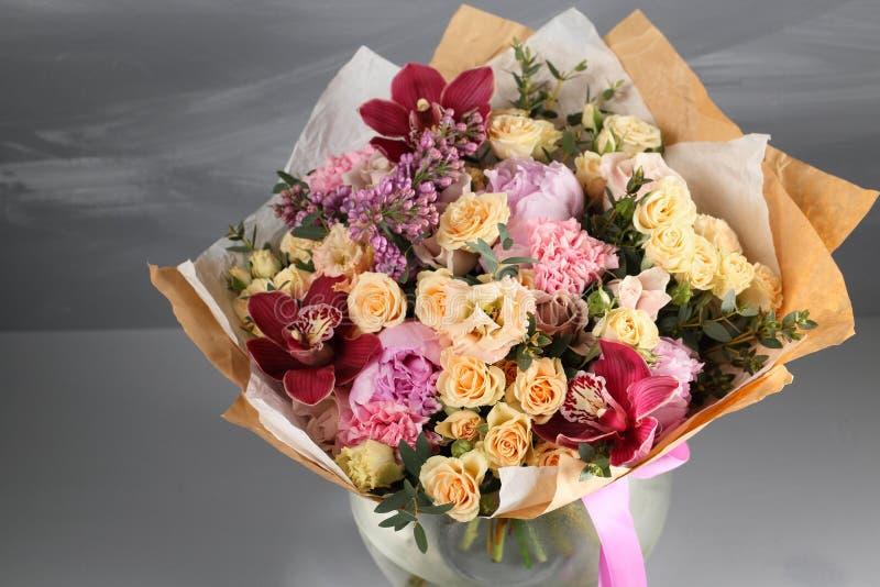 De baan van een grijze textuur van bloemistVintage met lege ruimte die door roos en gemengd bloemen zoet romantisch concept verfr royalty-vrije stock foto's