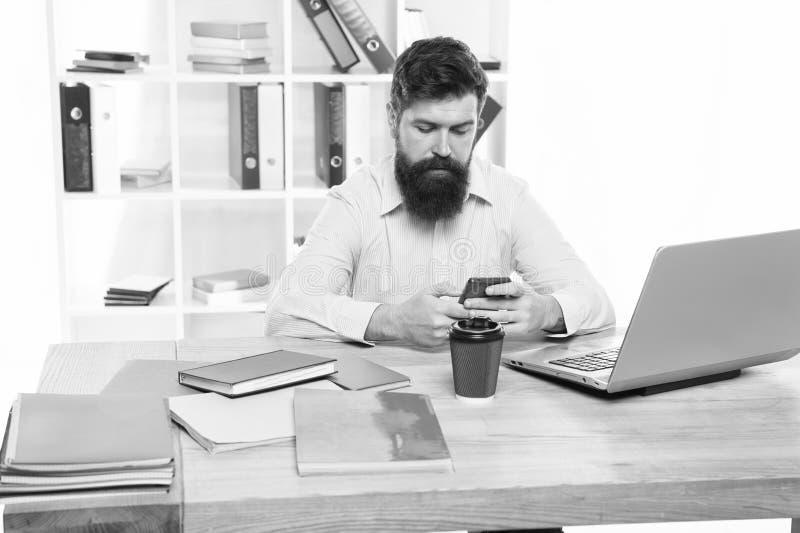 De baan van het bureau Freelance baan IT ontwikkelaar Modern beroep Brutale het Webontwikkelaar van de kerel gebaarde mens Social stock foto