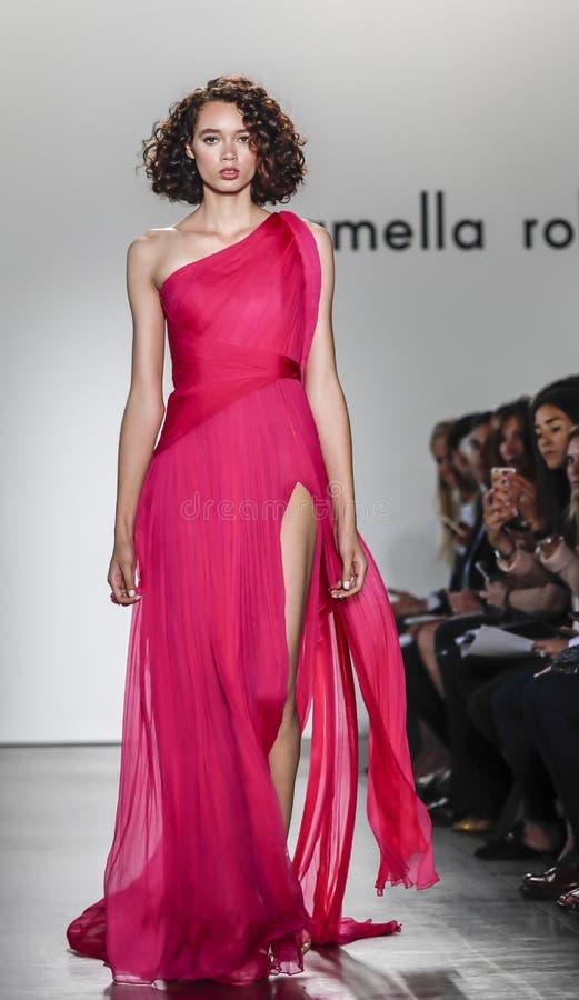De baan van Pamella Roland SS 2018 toont stock fotografie