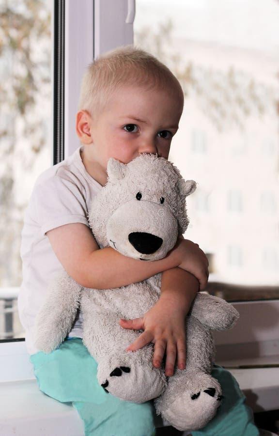 De baby dichtbij het venster royalty-vrije stock fotografie