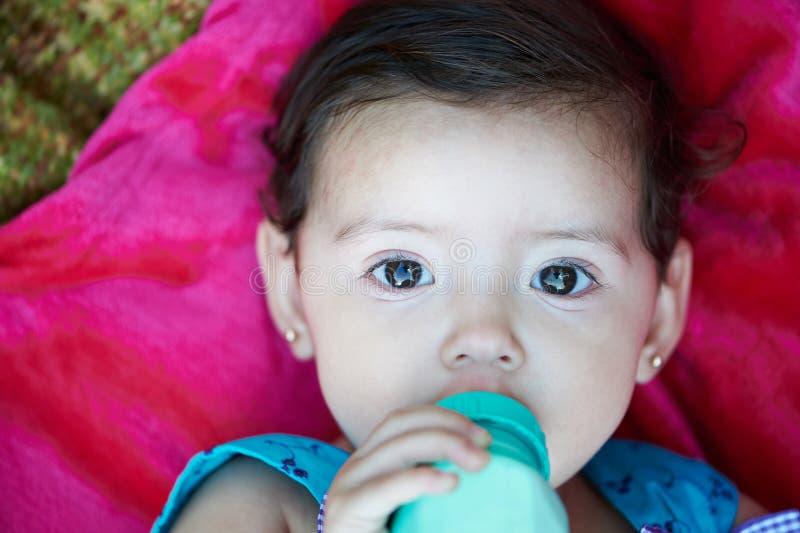 De baby drinkt melk royalty-vrije stock foto