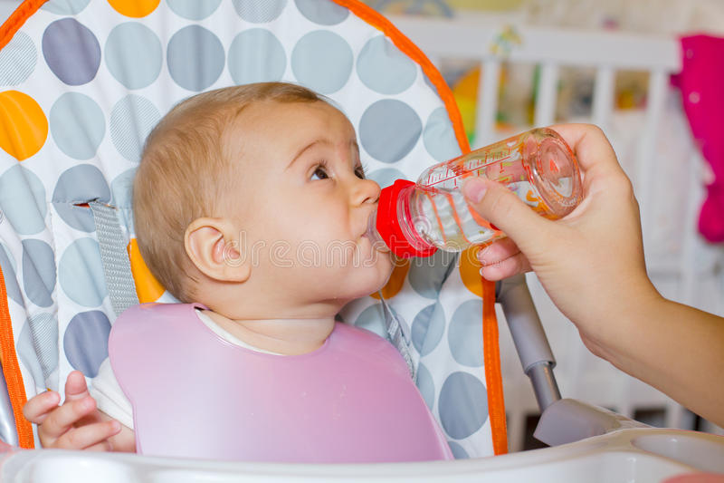 De baby drinkt water stock foto