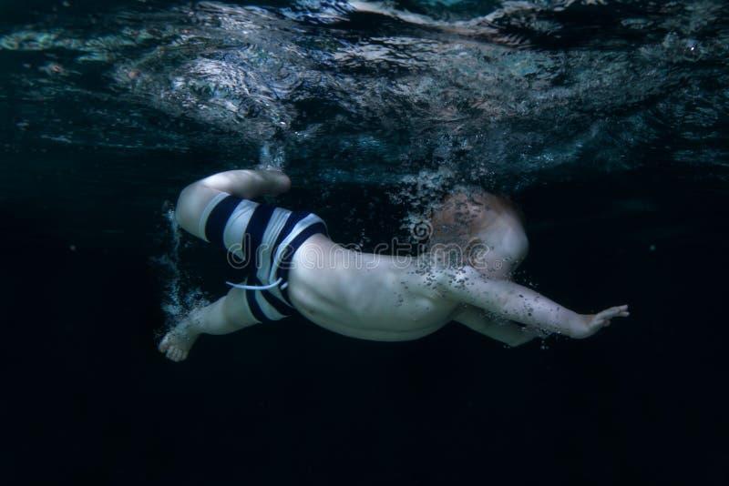 De baby duikt onder het water royalty-vrije stock foto