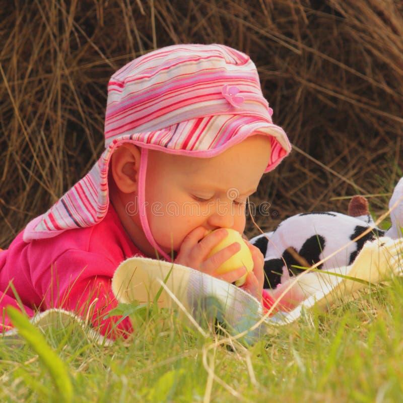 De baby eet appel royalty-vrije stock fotografie