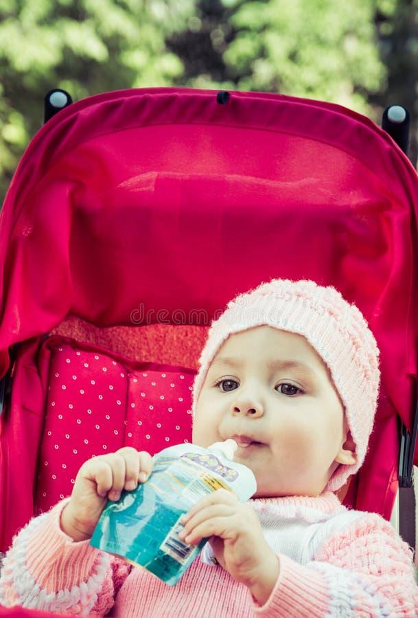 De baby eet een puree van een supermarkt royalty-vrije stock foto's