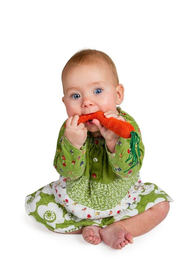 De baby eet gebreide wortelen royalty-vrije stock foto