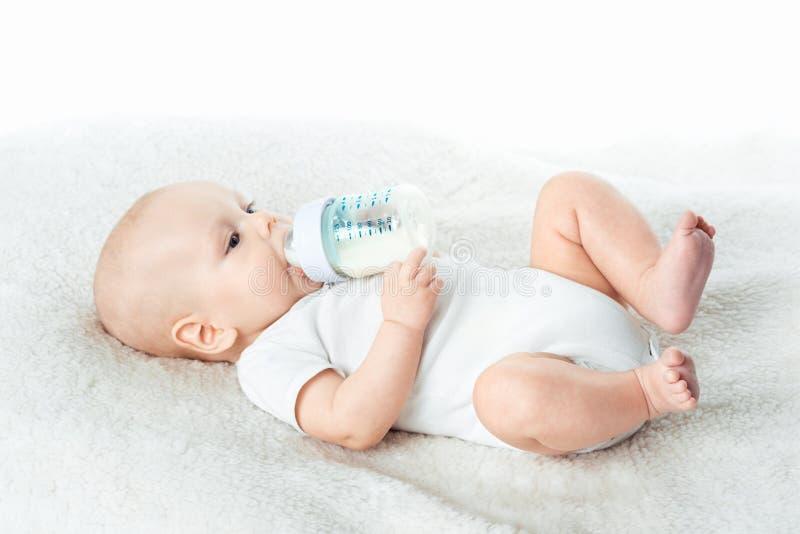 De baby eet van uitsteeksels stock afbeelding