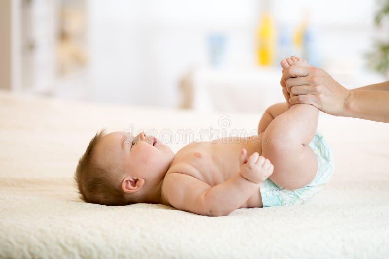 De baby geniet van massage van moeder royalty-vrije stock foto