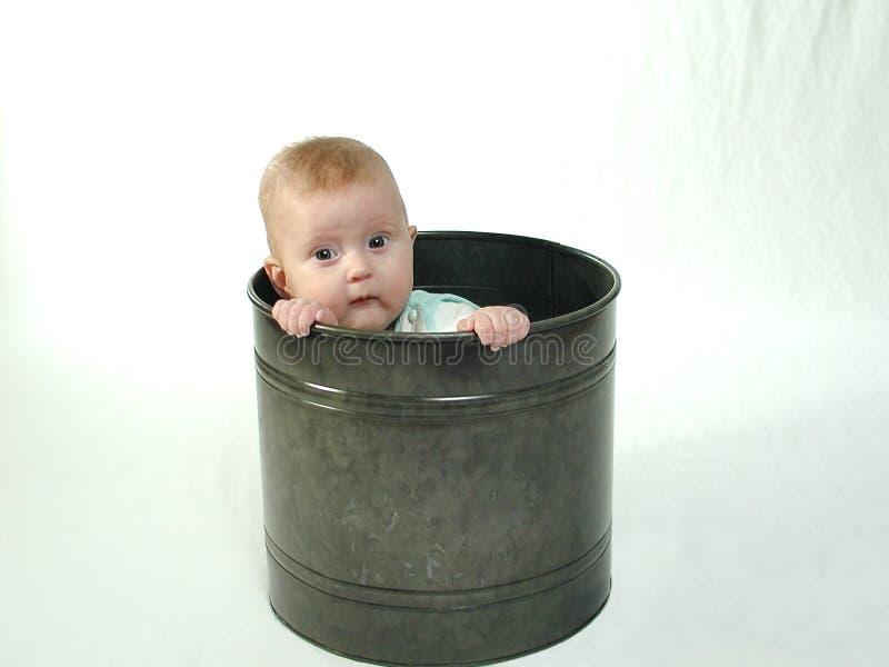 De baby in a kan stock foto