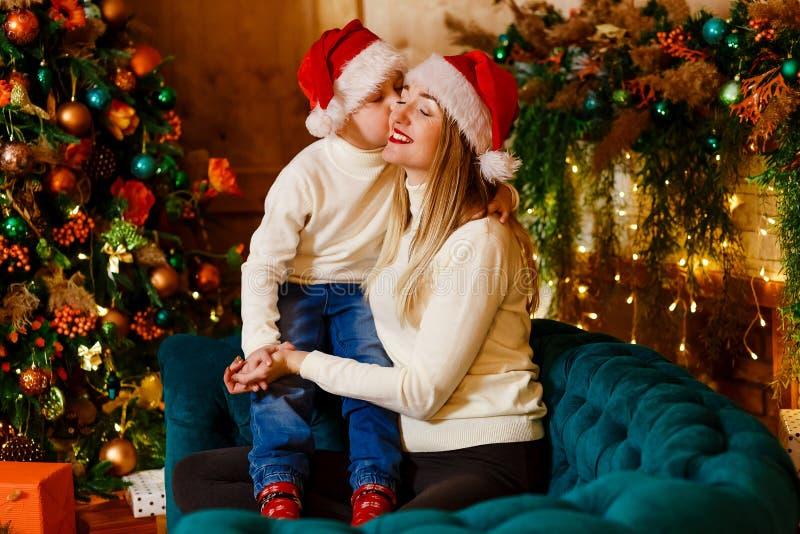 De baby kust haar moeder op Kerstmisdag royalty-vrije stock fotografie