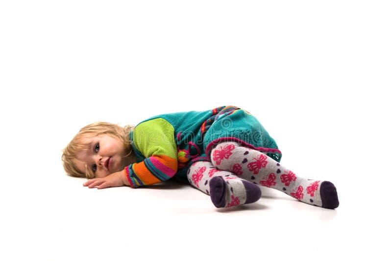 De baby ligt op de vloer royalty-vrije stock afbeeldingen