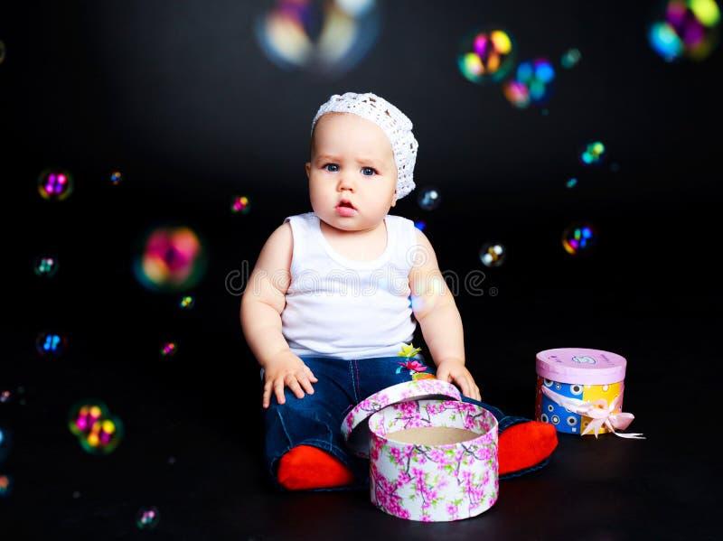 De baby met stelt en zeepbels voor royalty-vrije stock afbeeldingen
