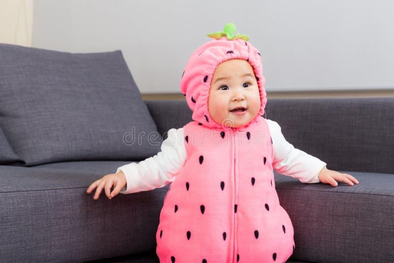 De baby van Azië met aardbeikostuum stock fotografie