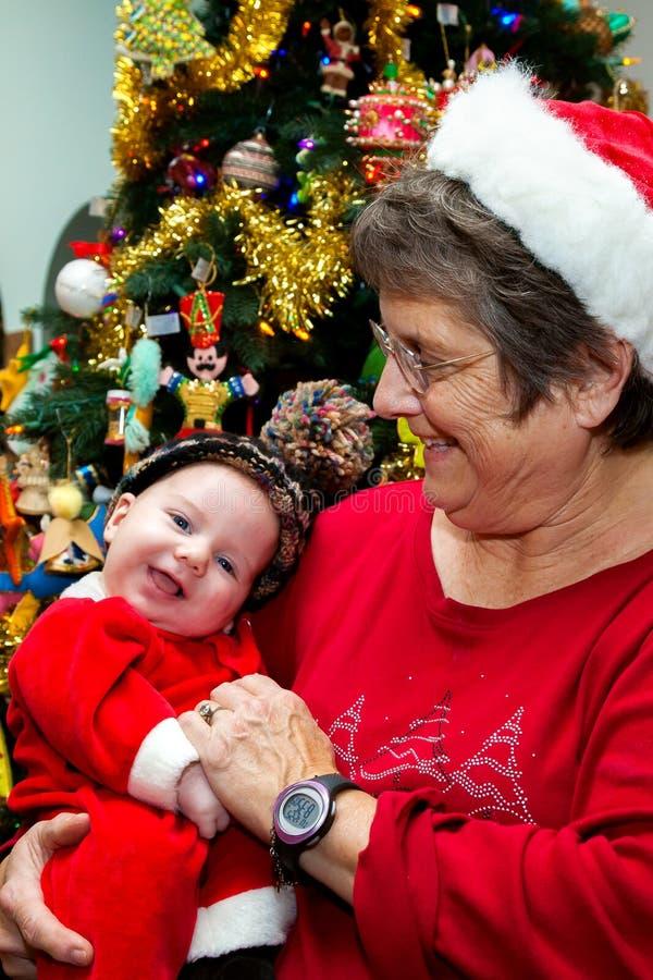 De Baby van de grootmoederholding op Kerstmis stock foto