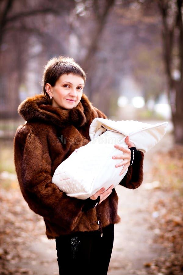 De baby van de moederholding op wapens, in een deken worden verpakt die Zacht nadrukeffect royalty-vrije stock afbeelding
