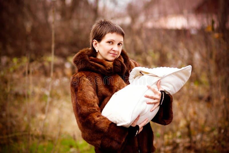 De baby van de moederholding op wapens, in een deken worden verpakt die Zacht nadrukeffect royalty-vrije stock afbeeldingen