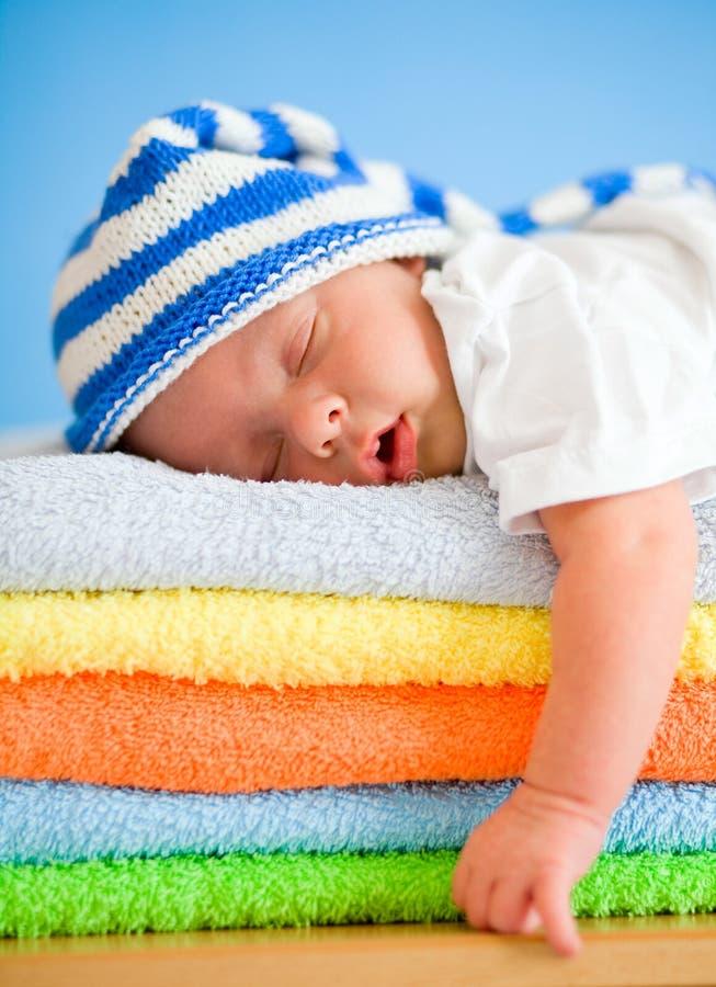 De baby van de slaap op kleurrijke handdoekenstapel royalty-vrije stock foto