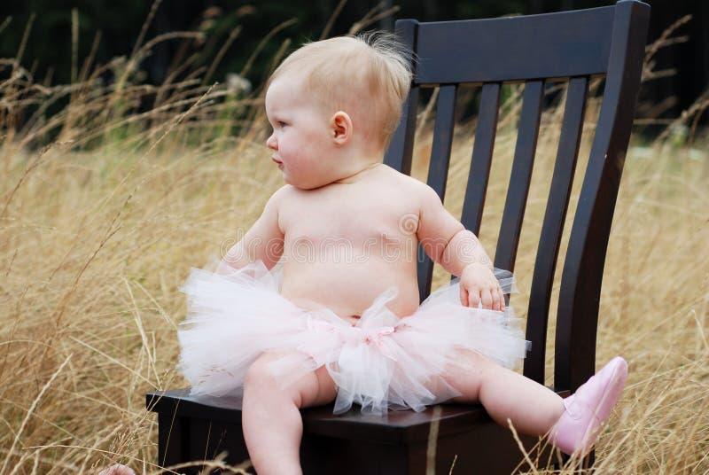 De Baby van het ballet als Horizontale Voorzitter - stock afbeelding