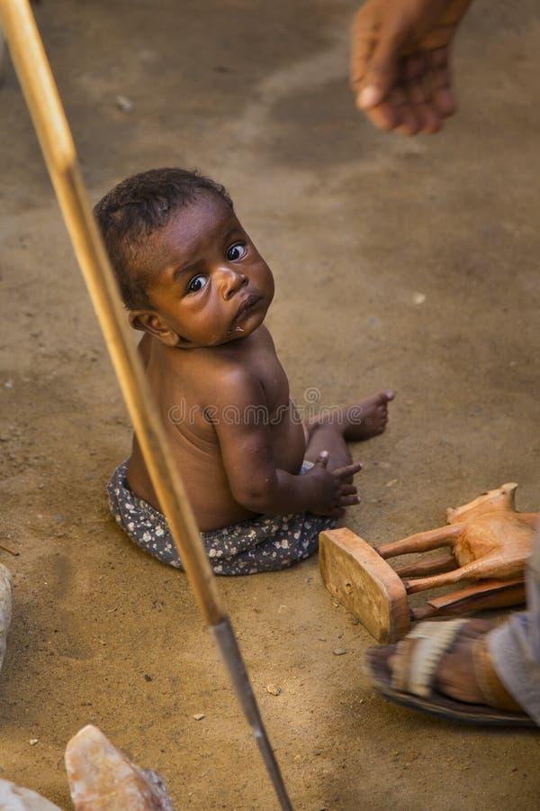 De baby van Madagascar op de vloer van een markt royalty-vrije stock afbeeldingen