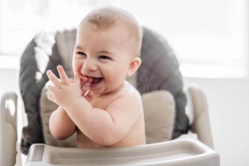 De baby zit op zijn stoel wachtend op diner royalty-vrije stock fotografie