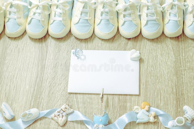 De babybuiten voor de pasgeboren partij van de jongensdouche, opslag voegen of prentbriefkaar toe Hoogste mening De ruimte van he stock foto's