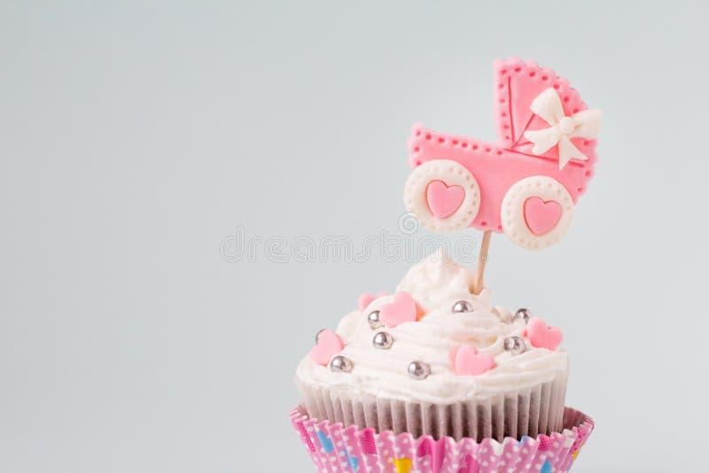 De babydouche cupcake voor een meisje, sluit omhoog Pasgeboren aankondigingsconcept Tekstruimte stock fotografie