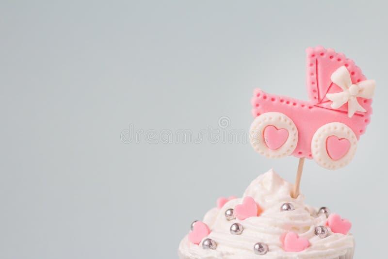 De babydouche cupcake voor een meisje, sluit omhoog Pasgeboren aankondigingsconcept Tekstruimte royalty-vrije stock foto