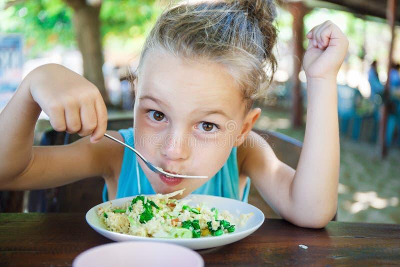 De babyjongen eet Thais voedsel in Thailand stock foto