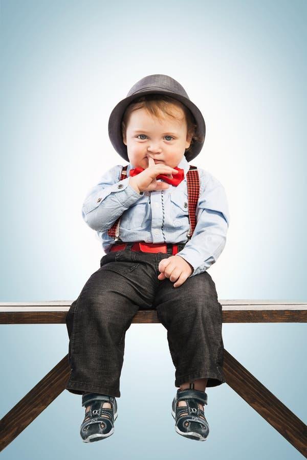 De babyjongen kleedde zich goed in kostuum Uitstekende kinderenstijl royalty-vrije stock fotografie