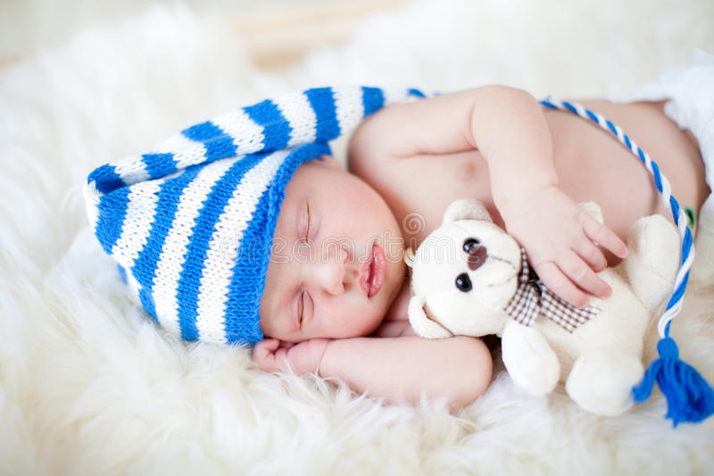 De babyjongen van de slaap met pluchestuk speelgoed stock afbeeldingen