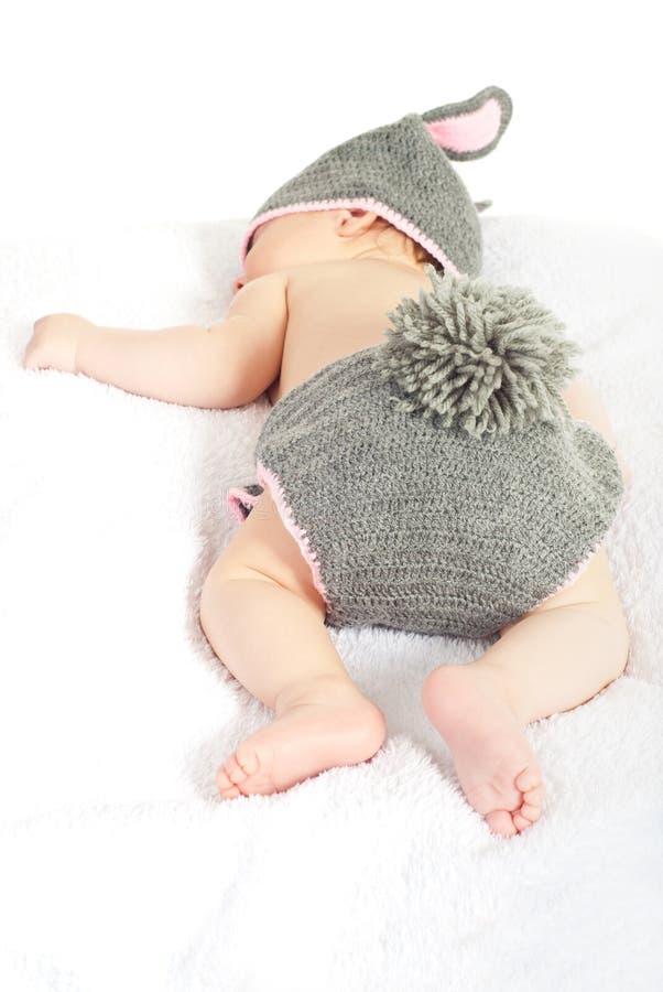 De babyjongen van de slaappaashaas stock afbeeldingen
