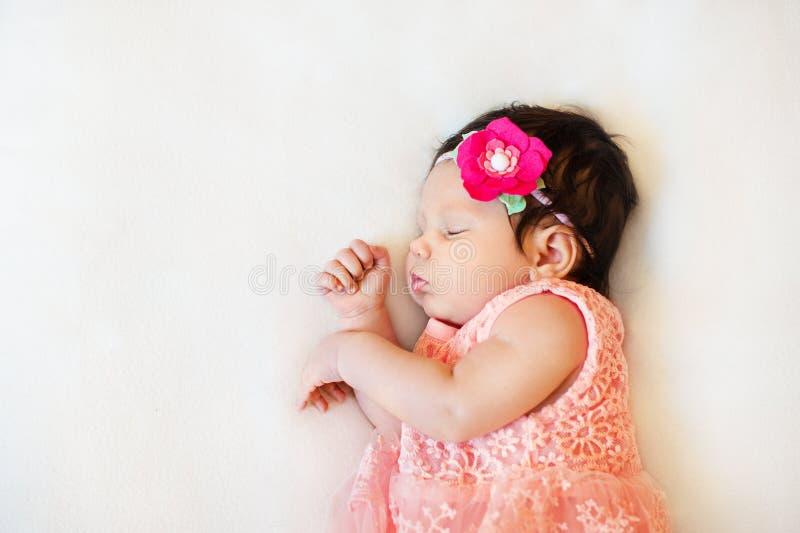 De babymeisje van de close-up mooi slaap Pasgeboren, in slaap op een deken het portret van, veroudert 2 maanden groot dragen, sto stock foto's