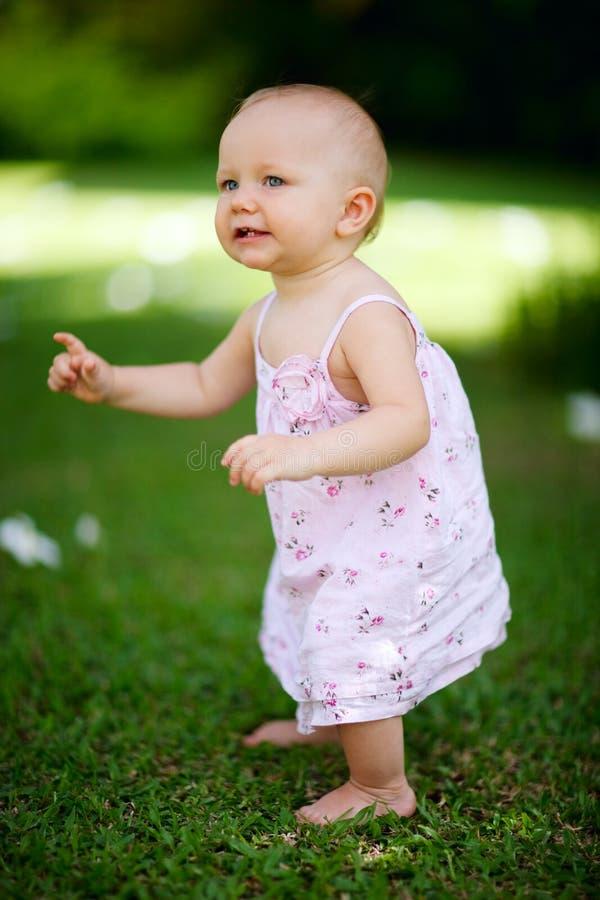 De babymeisje van de zomer stock foto's